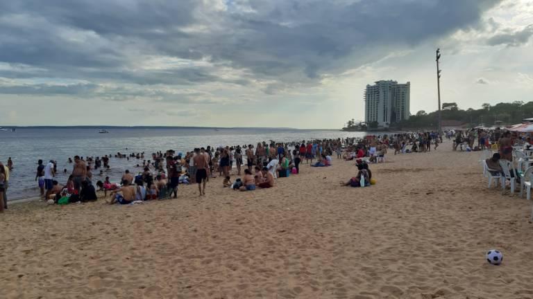 Praia da Ponta Negra reabre e banhistas lotam o balneário
