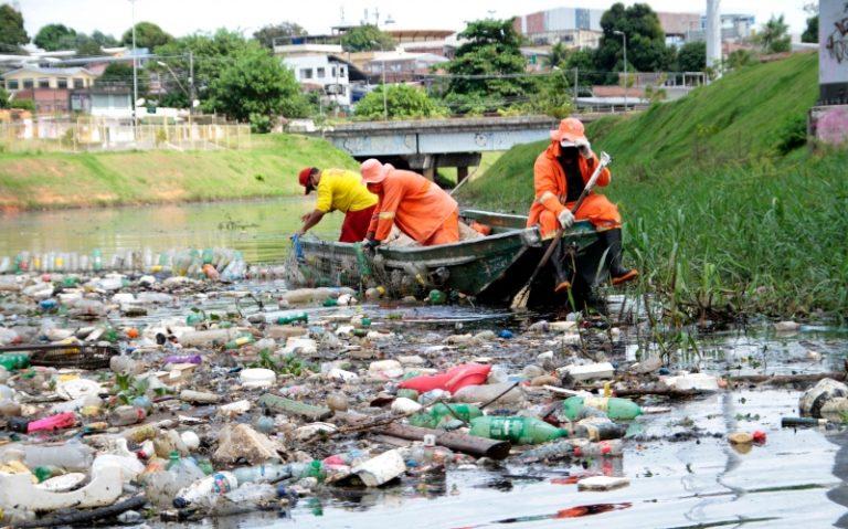 Diariamente, equipes de limpeza retiram 32 toneladas de lixo dos igarapés de Manaus