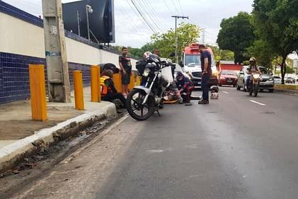 Casal é atropelado por carro após cair de moto na Avenida Efigênio Sales