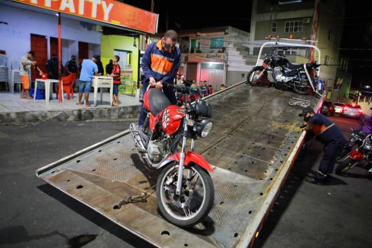 Bares são fechados e motos apreendidas durante ação na noite desta quarta-feira