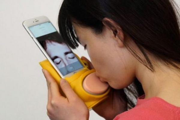 Dispositivo vai permitir dar beijos à distância
