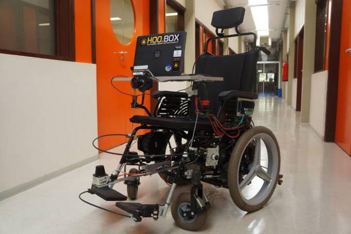 Brasileiros criam cadeira de rodas guiada por expressões faciais