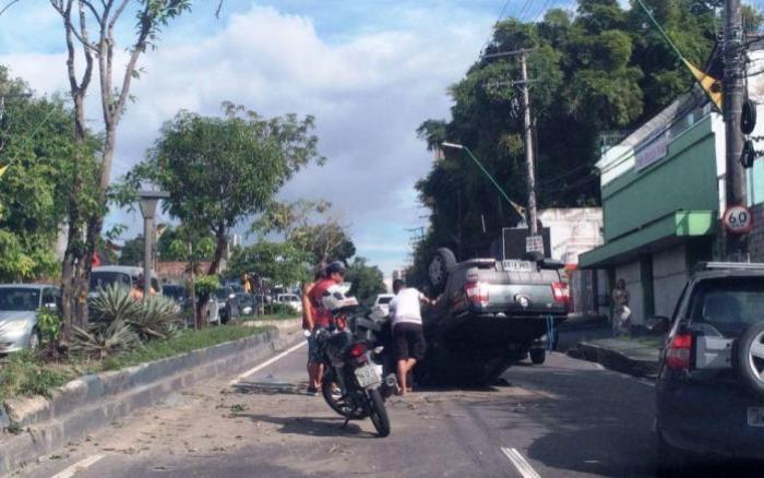 Sete pessoas ficam feridas após pick up capotar, na Zona Centro-Sul de Manaus