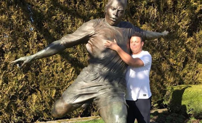 Ronaldo é homenageado e abraça estátua de si mesmo nos EUA