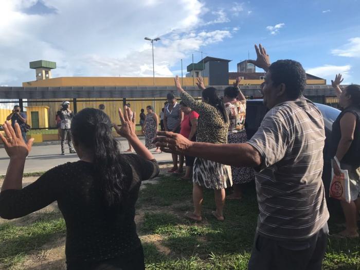 Famílias de presos fazem oração após mortes na Unidade Prisional do Puraquequara