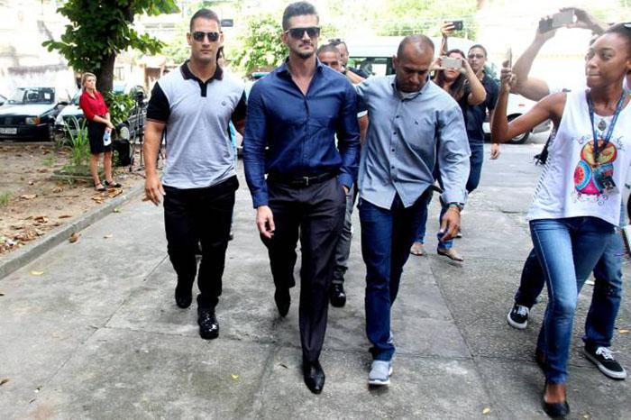 Ex-BBB Marcos Harter chega a Deam de Jacarepaguá para depor sobre agressão à Emily. (Foto: Marcelo Sá Barreto/AgNews)