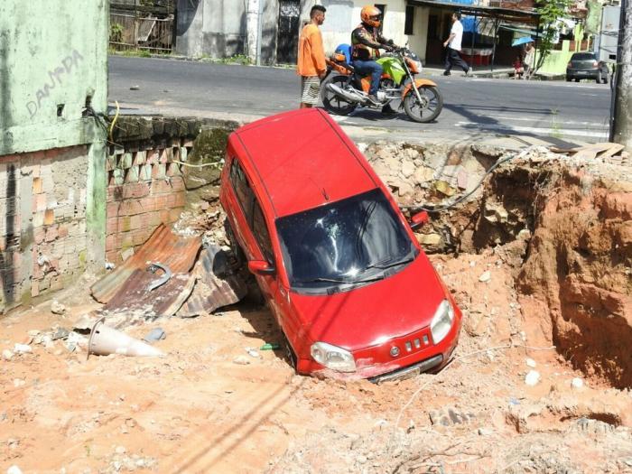 Carro cai em vala e detento é baleado após fuga de presos de cadeia em Manaus