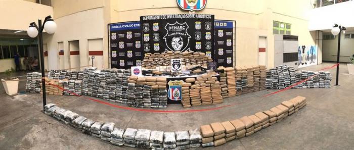 Bandidos trocam tiros com a polícia para evitar apreensão de uma tonelada de drogas