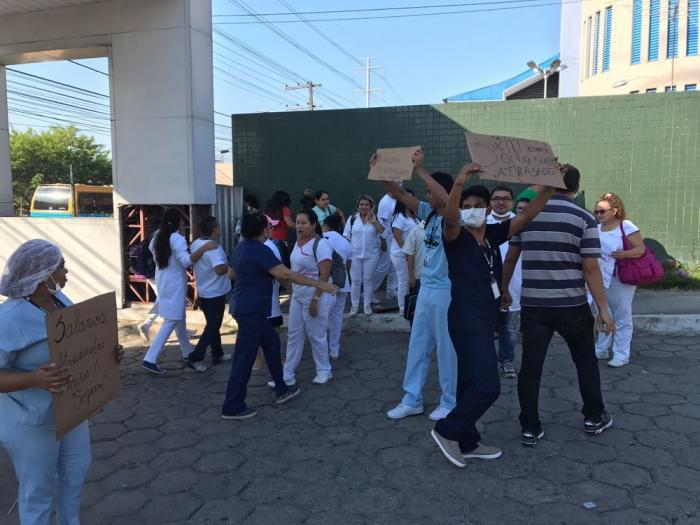 Terceirizados do Hospital Platão Araújo protestam contra salários atrasados, em Manaus