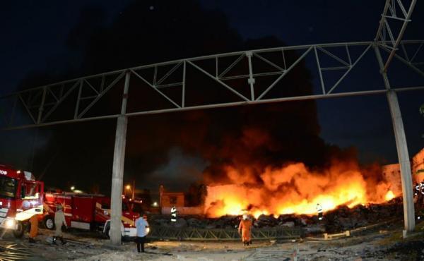 Galpão usado como depósito de entulho pega fogo novamente no Petrópolis