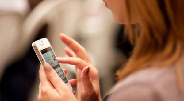 Posição que você olha o celular pode envelhecer seu pescoço; saiba mais