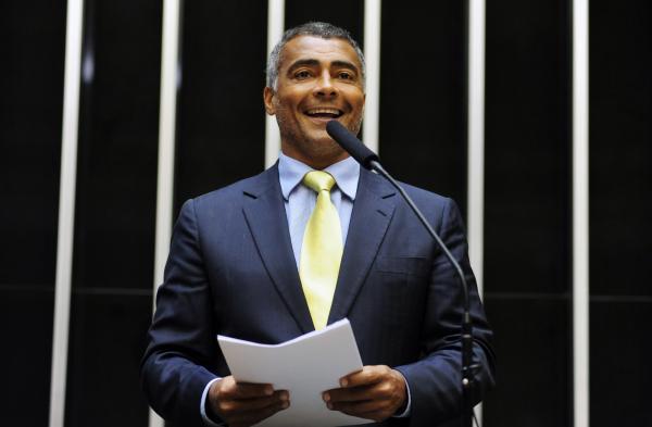 Ex-jogador e atual senador, Romário lança livro com bastidores da CPI do futebol
