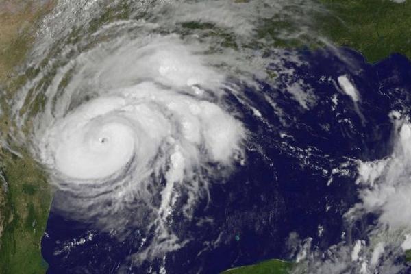 Mesmo enfraquecido, Harvey deixa cinco mortos em passagem por Houston