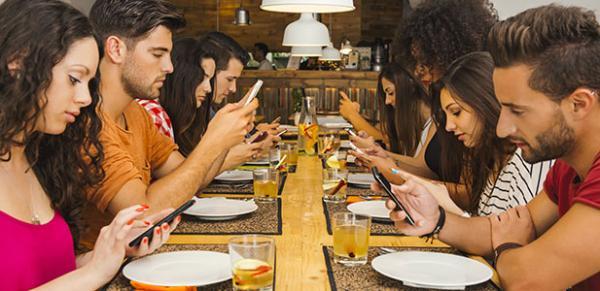 'Geração smartphone' pensa menos em sexo, bebidas e trabalho, diz estudo