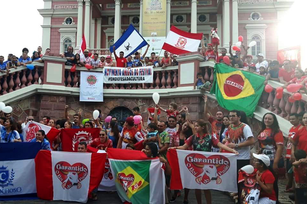 Manifestação toma Largo de São Sebastião, em Manaus, e ruas de Parintins em defesa do Festival Folclórico