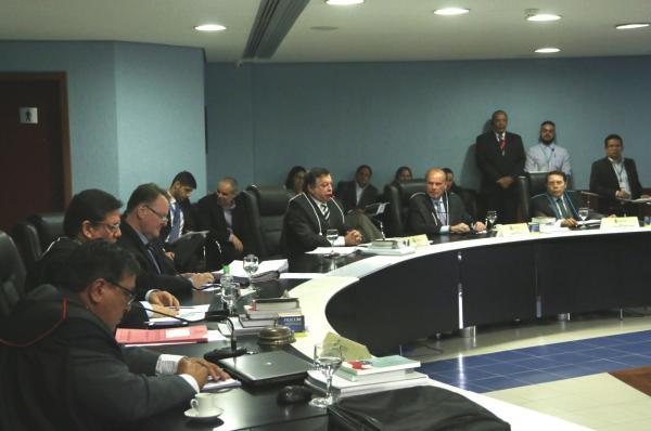 TCE-AM suspende operações financeiras e novas licitações do governo de Estado