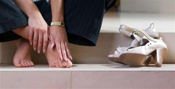 Vendedora que trabalhava de pé durante todo o expediente receberá indenização por danos morais