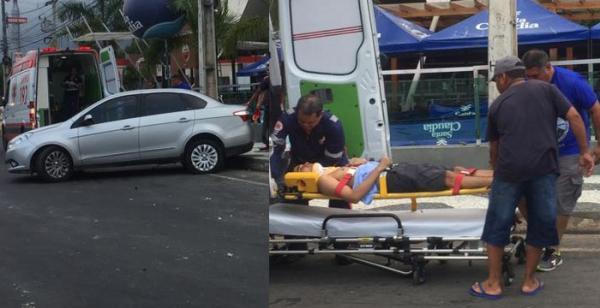 Motorista perde controle de carro e bate em poste em Manaus