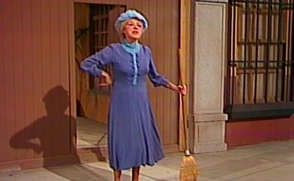 """Filha anuncia leilão de famoso vestido da """"Bruxa do 71""""; saiba o valor"""