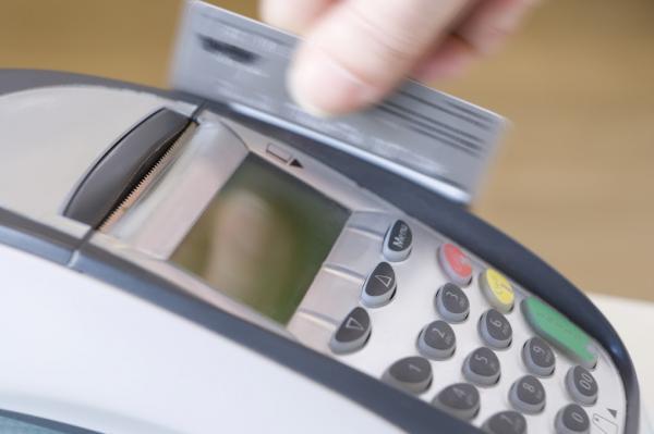Taxa do rotativo do cartão de crédito cai para 221,4% ao ano em agosto