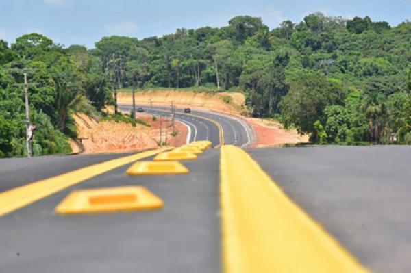 Governador do Amazonas entrega trecho de 15 km da Rodovia Manoel Urbano