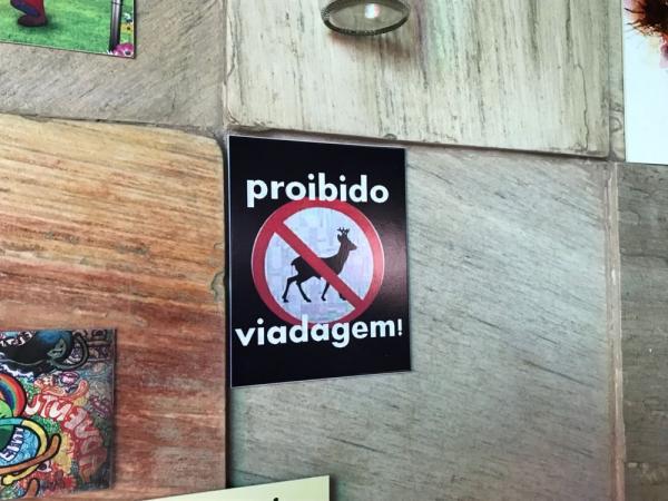 Placa em bar de Manaus 'proíbe viadagem' e gera polêmica na internet