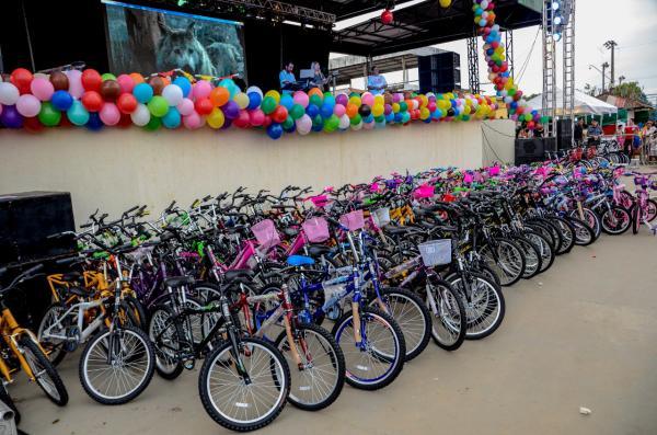 Centenas de bicicletas são sorteadas durante festa para crianças em Presidente Figueiredo