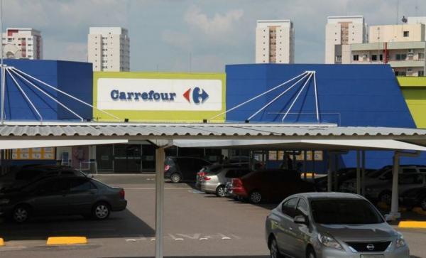 Dupla armada invade e rouba cerca de R$ 10 mil de supermercado da Ponta Negra
