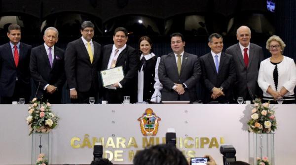 Presidente do TCE-AM recebe Medalha de Ouro da Câmara Municipal