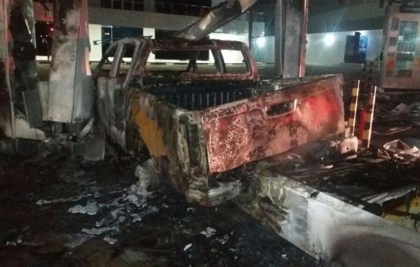 Carro desgovernado colide e causa incêndio em posto de combustível em Manaus