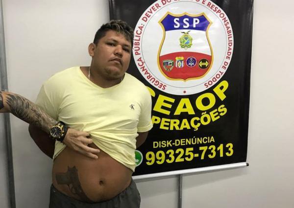 Foragido que intimidava vizinhança com tatuagem de arma na cintura é preso