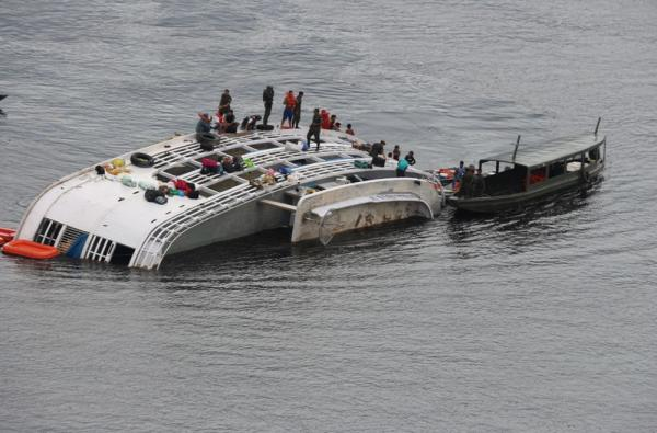 Dois desaparecem após barco bater em pedra e virar no Rio Negro