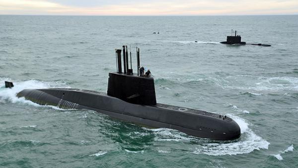 Marinha argentina continua busca por submarino, mas suspende resgate