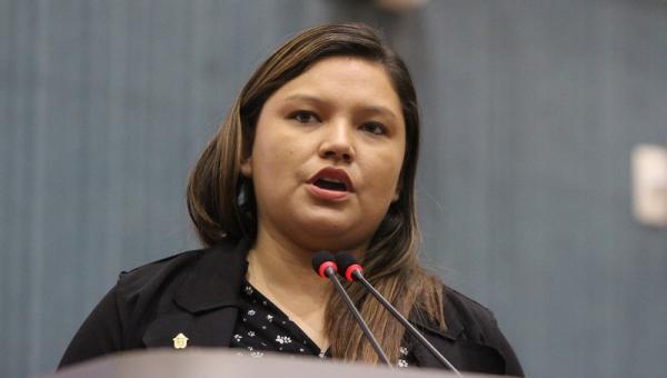 Vereadora Joana D'arc paga mico durante discurso na Câmara Municipal de Manaus