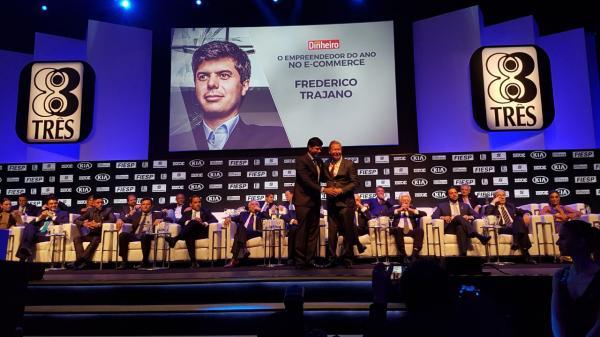 Arthur Neto participa da entrega do prêmio