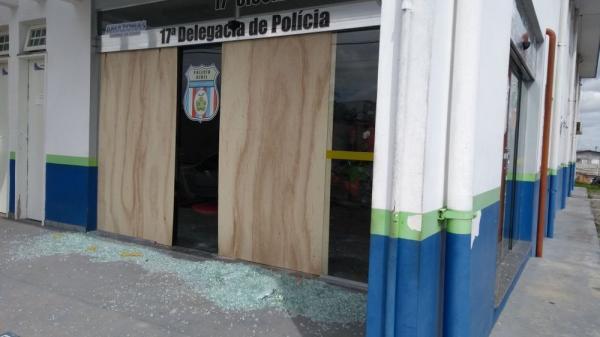 Homem é detido depois de quebrar porta de delegacia com machado em Manaus