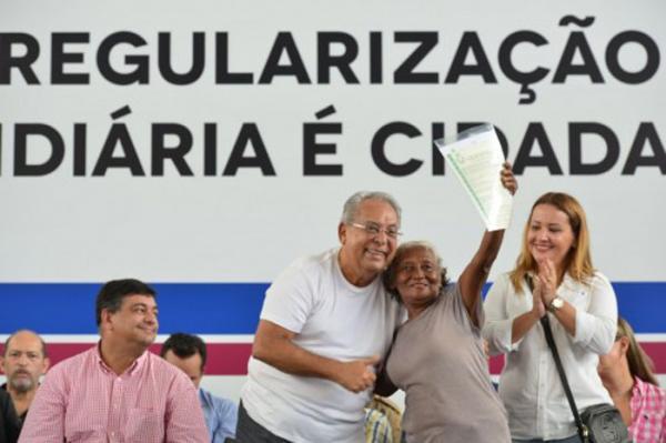 Governo do Amazonas entrega títulos de terra a moradores das zonas leste e norte de Manaus