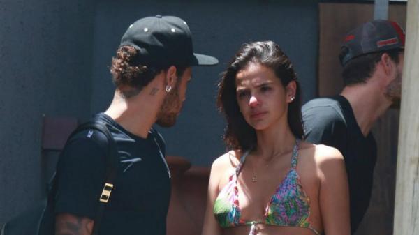 Após ter voo cancelado, Bruna Marquezine viaja em jato fretado por Neymar