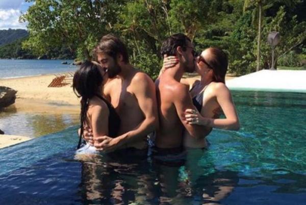 Tatá Werneck e Marina Ruy Barbosa protagonizam beijo coletivo em piscina