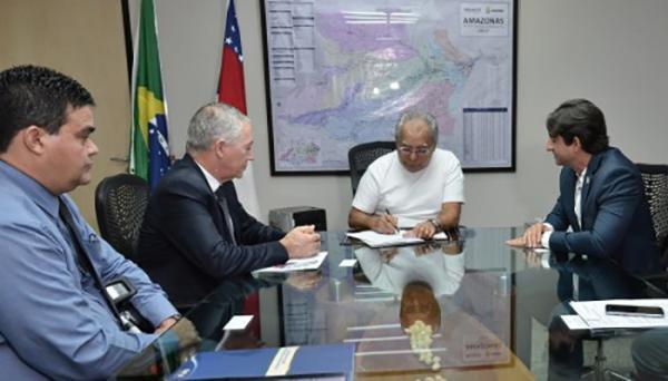 Amazonino assina contrato para construção de 300 unidades habitacionais em Manaus