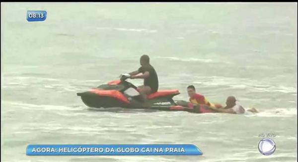 Helicóptero da Rede Globo cai em praia do Recife e pelo menos duas pessoas morrem
