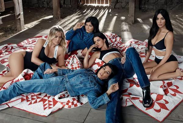 Irmãs Kardashian estrelam campanha de lingerie com o tema 'família'