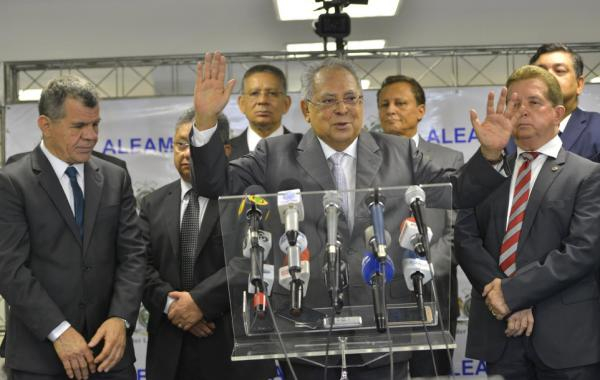 Amazonino anuncia auxílio-fardamento e aumento no ticket alimentação para PMs e bombeiros