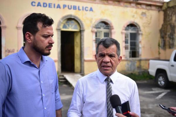 Bosco inspeciona prédio da Cadeia Pública, confirma depredação e manda lacrar entradas