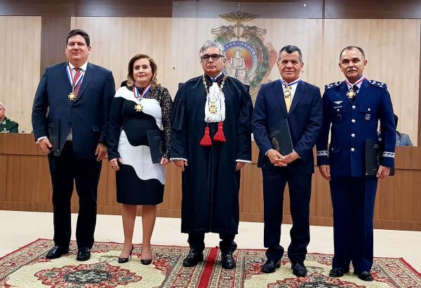 Yara Lins e Ari Moutinho Junior recebem medalhas do Tribunal de Justiça do Amazonas