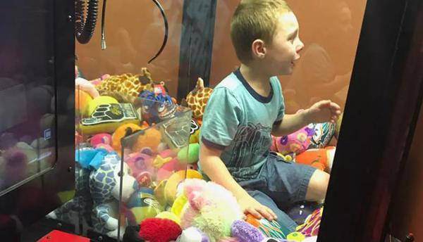 Menino fica preso em máquina de brinquedos