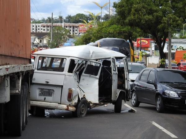 Colisão entre carreta, ônibus e kombi deixa uma pessoa ferida na Alameda Cosme Ferreira