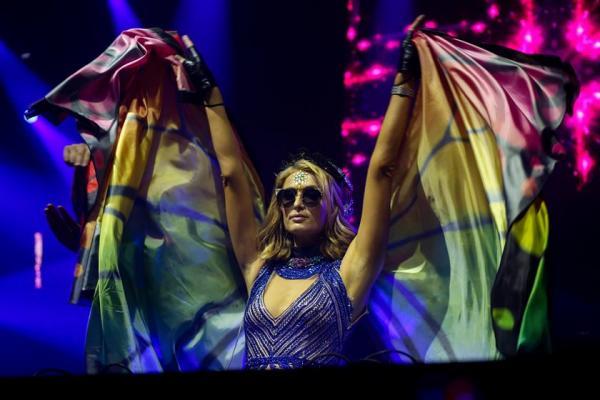 Paris Hilton precisa de ajudante para agitar Camarote Salvador