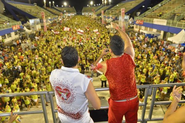 Carnaboi leva milhares de foliões ao Sambódromo