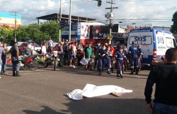 Motociclista morre após colisão com carro na avenida Noel Nutels, na Zona Norte